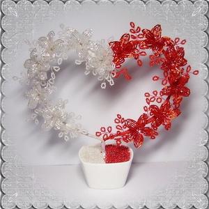 Gyöngyből készített asztaldísz GYV06-1, Otthon & lakás, Dekoráció, Dísz, Képzőművészet, Vegyes technika, Lakberendezés, Asztaldísz, Gyöngyfűzés, gyöngyhímzés, Virágkötés, Ezt a szívet piros-fehér gyöngyből fűzött virágokból alakítottam ki . Az asztaldíszt kerámia tálkába..., Meska