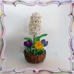 Gyöngyből készített jácint-krókusz fonott kosárban GYV22, Otthon & Lakás, Dekoráció, Csokor & Virágdísz, Gyöngyfűzés, gyöngyhímzés, Virágkötés, Ez a gyöngyből megformált krókusz és jácint  a tavasz hangulatát idézi, szinte élethű mása az eredet..., Meska