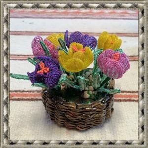 Gyöngyből készített krókusz fonott kosárban GYV21-3, Otthon & lakás, Dekoráció, Lakberendezés, Asztaldísz, Ünnepi dekoráció, Gyöngyfűzés, gyöngyhímzés, Virágkötés, Ez a gyöngyből megformált krókusz  a tavasz hangulatát idézi, szinte élethű mása az eredetinek.     ..., Meska