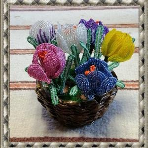 Gyöngyből készített krókusz fonott kosárban GYV21-4, Otthon & lakás, Dekoráció, Lakberendezés, Asztaldísz, Ünnepi dekoráció, Gyöngyfűzés, gyöngyhímzés, Virágkötés, Ez a gyöngyből megformált krókusz  a tavasz hangulatát idézi, szinte élethű mása az eredetinek.     ..., Meska