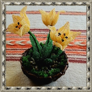 Gyöngyből készített tulipán fonott kosárban GYV26-1-2, Otthon & lakás, Dekoráció, Csokor, Gyöngyfűzés, gyöngyhímzés, Ez a gyöngyből megformált tulipán a tavasz hangulatát idézi, szinte élethű mása az eredetinek.      ..., Meska