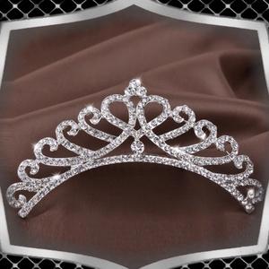 Ékszerek-hajdíszek, hajcsatok: Esküvői, menyasszonyi, alkalmi hajdísz ES-H-TI02, Esküvő, Hajdísz, Fésűs hajdísz, *ES-H-TI02  Ezüstözött, kristályköves hajdísz, tiara, fátyol tartó  . A fejdísz kristályhövei ragasz..., Meska