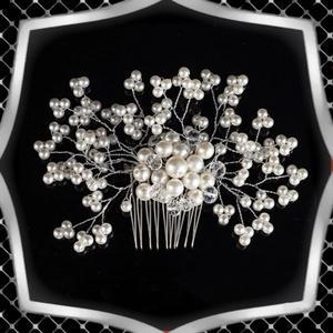 Ékszerek-hajdíszek, hajcsatok: Esküvői, menyasszonyi, alkalmi hajdísz ES-H-FÉ01, Esküvő, Hajdísz, Kontydísz & Hajdísz, Ékszerkészítés, Gyöngyfűzés, gyöngyhímzés, *ES-H-FÉ01\n\nA hajdísz fehér színű viaszgyöngyből és kristályból készült ezüstözött ékszerdróttal.\n\n\n..., Meska