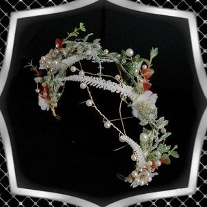 Ékszerek-hajdíszek, hajcsatok: Esküvői, menyasszonyi, alkalmi hajdísz ES-H-TI13a, Esküvő, Hajdísz, Fésűs hajdísz, Ékszerkészítés, Gyöngyfűzés, gyöngyhímzés, *ES-H-TI13a\nVidám, dekoratív hajdísz, ami a hagyományos virágkoszorúk hangulatát idézi.\nA hajdísz fe..., Meska