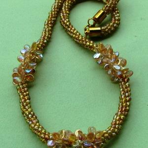 Halvány aranyszínű sziromgyöngyökkel díszített nyaklánc, Statement nyaklánc, Nyaklánc, Ékszer, Gyöngyfűzés, gyöngyhímzés, Szövés, Kumihimo technikával 8 szálra fűzött apró áttetsző halvány aranyszínű gyöngyökből fonott nyaklánc 3 ..., Meska