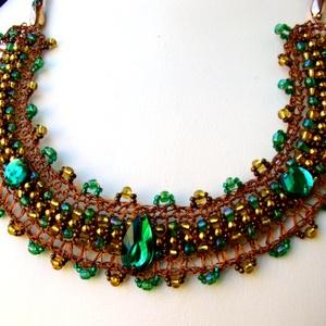 Csipkehorgolt nyaklánc rézdrótból zöld, arany, bronzszínű gyöngydiszítéssel, Statement nyaklánc, Nyaklánc, Ékszer, Ékszerkészítés, Horgolás, Vékony rézdrótra fűzött színes gyöngyökből horgolással készítettem a nyaklánc alapját, széleit pikó ..., Meska