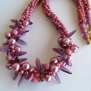 Matt rózsaszín és lila csavart mintás közepű nyaklánc, Ékszer, Nyaklánc, Ékszerkészítés, Szövés, Apró fáradt-rózsaszín és lilás rózsaszínű apró gyöngyöket 7 szálra fűzve japán fonással készítettem..., Meska
