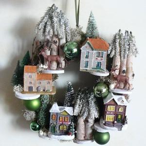Karácsonyi falu, Otthon & lakás, Lakberendezés, Ajtódísz, kopogtató, Koszorú, Virágkötés, A mohakoszorút házakkal, fákkal, gömbökkel, szarvasokkal díszítettem. Hangulatos dísze lehet bejárat..., Meska