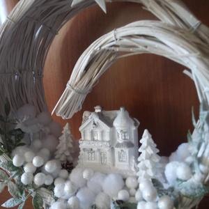 Téli táj LED-es házikóval, Karácsony, Karácsonyi dekoráció, Otthon & lakás, Dekoráció, Ünnepi dekoráció, Lakberendezés, Asztaldísz, Virágkötés, A vessző félholdat hóval és növényekkel töltöttem meg, rákerült egy LED-es házikó is. Készült egy fe..., Meska