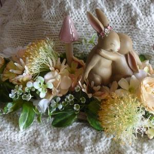 Ölelkező nyuszik, Otthon & lakás, Dekoráció, Dísz, Karácsony, Karácsonyi dekoráció, Lakberendezés, Asztaldísz, Virágkötés, A hosszú tálcát egy ölelkező nyuszival és sok virággal, kerámiagombával díszítettem. Bájos húsvéti d..., Meska