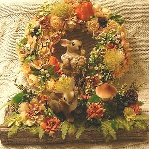Nyuszis szett, Otthon & lakás, Dekoráció, Dísz, Lakberendezés, Ajtódísz, kopogtató, Asztaldísz, Virágkötés, A szalmakoszorút meleg színű virágokkal és egy nagy nyuszival díszítettem, és fatálat ugyanígy. ..., Meska