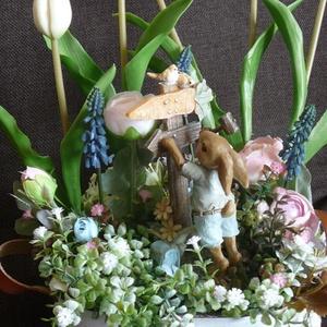 Húsvéti asztaldísz, Otthon & lakás, Dekoráció, Lakberendezés, Asztaldísz, Virágkötés, A fémkaspót egy bájos nyuszival és tulipánokkal, valamint más virágokkal tettem bájos asztali dísszé..., Meska
