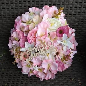 Tavaszi koszorú, Otthon & Lakás, Dekoráció, Virágkötés, A 25 cm átmérőjű papíralapú koszorút selyemvirágokkal díszítettem. Díszítve 28 cm kb., Meska