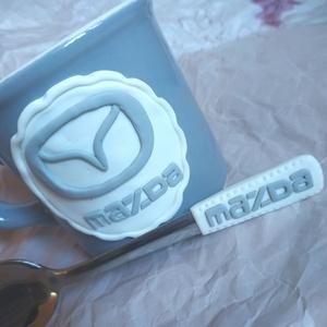 Mazda bögre+kiskanál, Otthon & lakás, Konyhafelszerelés, Férfiaknak, Egyéb, Gyurma, Mazda logóval díszített bögre és kiskanál szett, igazi fanatikusoknak :) Másmilyen logóval is kérhet..., Meska