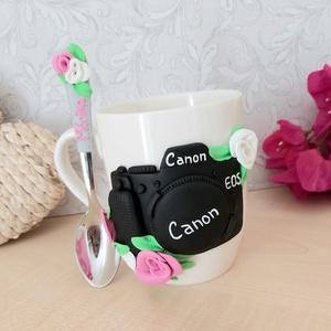 Fényképezőgépes virágos szett, Otthon & Lakás, Gyurma, Fényképezőgéppel és virágokkal díszített bögre és kanál szett, mely tökéletes lehet profi és hobbi f..., Meska