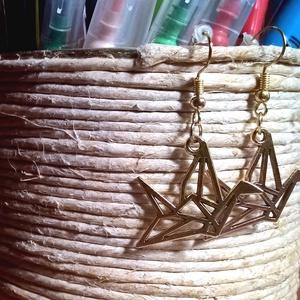 """Origami madár fülbevaló arany színben, Lógós fülbevaló, Fülbevaló, Ékszer, Ékszerkészítés, Egyedi, kézzel összerakott, origami madaras fülbevaló műanyag \""""stopperrel\"""" a hátulján.\nMérete: 6 cm\n..., Meska"""
