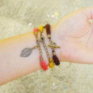 mustársárga barna és korall színű kötött karkötő (habcsi) - Meska.hu