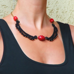 horgolt nyaklánc fekete és piros színben gyűrűvel - ékszer szett (habcsi) - Meska.hu