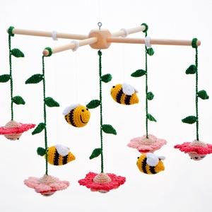 méhes babaforgó rózsaszín virágokkal - horgolt gyerekszoba dekoráció (habcsi) - Meska.hu