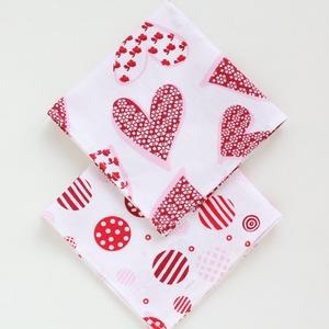 2 db textil szalvéta, 100% pamutvászon - romantikus, szerelmes, fehér alapon piros szívecskés és piros kör mintával (haboskave) - Meska.hu