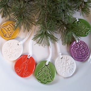 7db Színes Kerámia Ajándékkísérő- Karácsonyfadísz, Dekoráció, Otthon & lakás, Ünnepi dekoráció, Karácsony, Karácsonyfadísz, Kerámia, Az ünnep még meghittebbé  tehető kedves karácsonyi dekorációval.Fehér agyagból kézzel formáztam  eze..., Meska