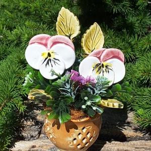 """,Két  Árvácska \""""Kerámia Virágos  Asztaldísz, Csokor & Virágdísz, Dekoráció, Otthon & Lakás, Kerámia, Virágkötés, Fehér agyagból aprólékos kézi munkával készült kerámia virágok és levelek melyeket második égetés el..., Meska"""