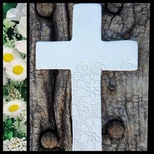 """, Fehér-Csipke\""""Kerámia Kereszt, Kereszt, Spiritualitás & Vallás, Otthon & Lakás, Kerámia, A kereszt emlékeztető,hogy sose feledjük valaki velünk van,aki mindig erőt ad nekünk ! Fehér agyagbó..., Meska"""