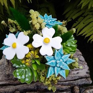 """,Kékek és Fehérek""""Kerámia Virágos  Asztaldísz, Otthon & Lakás, Dekoráció, Asztaldísz, Fehér agyagból aprólékos kézi munkával készült kerámia virágok ,levelek   melyeket második égetés el..., Meska"""