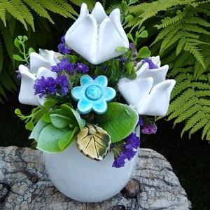 """,Tulipánok""""Kerámia Virágos  Asztaldísz, Otthon & Lakás, Dekoráció, Asztaldísz, Fehér agyagból aprólékos kézi munkával készült kerámia virágok ,levelek  melyeket második égetés elő..., Meska"""