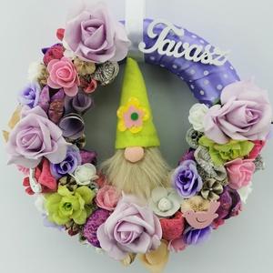 Tavaszi Manós ajtódísz, Otthon & Lakás, Dekoráció, Ajtódísz & Kopogtató, Virágkötés, 25cm-es szalmaalapot díszítettem lila pöttyös szallaggal, különböző színes virágokkal, termèsekkel. ..., Meska