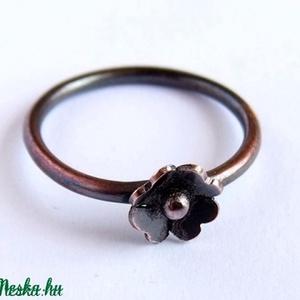 Kisvirág gyűrű, Ékszer, Gyűrű, Vékony gyűrű, Fémmegmunkálás, Ötvös, Vörösrézből készült nőies kis gyűrűt. \nPolírozott, antikolt.\nAz ékszer nikkelmentes.\nA képen lévő gy..., Meska