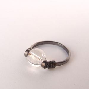 Hegyikristály gyűrű, Ékszer, Gyűrű, 8 mm átmérőjű szabályos gömb alakú hegyikristály gyöngy díszíti ezt az egyszerű, antikolt, vörösréz ..., Meska