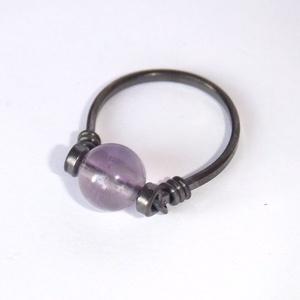Ametiszt gyűrű, Ékszer, Gyűrű, 8 mm átmérőjű szabályos gömb alakú ametiszt ásványgyöngy díszíti ezt az egyszerű, antikolt vörösréz ..., Meska