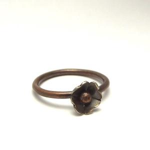 Alpakka-réz kisvirág gyűrű, Ékszer, Gyűrű, Vékony gyűrű, Ékszerkészítés, Ötvös, Antikolt vörösrézből készült egyedi kézműves ékszer.\nFinom, nőies gyűrű, amin a kis virág szirmai al..., Meska