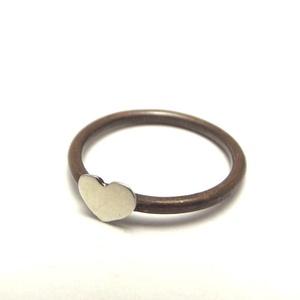Szív gyűrű alpakkával, Ékszer, Gyűrű, Vékony gyűrű, Fémmegmunkálás, Ötvös, Vörösrézből és alpakkából készült nőies kis gyűrű.\nA sín vörösréz, a szív alpakka. \nKérheted teljese..., Meska