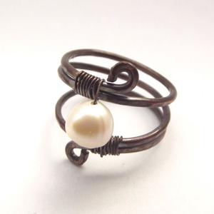 Spirál gyűrű tenyésztett igazgyöngyökkel, Ékszer, Gyűrű, Fonódó gyűrű, Ékszerkészítés, Ötvös, Antikolt vörösrézből készült gyűrű, amelyet 6 mm-es tenyésztett igazgyöngy ékesít.\nNikkelmentes éksz..., Meska
