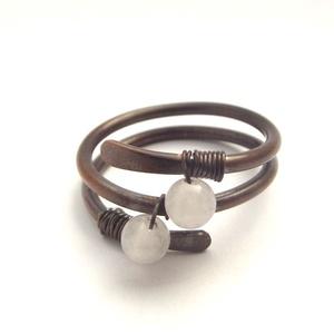 Spirál gyűrű rózsakvarc gyöngyökkel, Ékszer, Gyűrű, Antikolt vörösrézből készült gyűrű, amelyet 4 mm-es rózsakvarc ásvány gyöngyök ékesítenek. Nikkelmen..., Meska