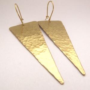 Sárgaréz háromszög fülbevaló, Ékszer, Fülbevaló, Ékszerkészítés, Fémmegmunkálás, Sárgaréz háromszög fülbevaló praktikus biztonsági zárral.  A háromszög 1,5x6 cm. Akasztóval együtt ..., Meska