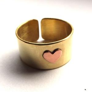 Szív gyűrű, Ékszer, Gyűrű, Kerek gyűrű, Ékszerkészítés, Ötvös, Ráforrasztott vörösréz szív díszíti a sárgaréz gyűrűalapot.\nMinimál stílus.\nNikkelmentes, polírozott..., Meska