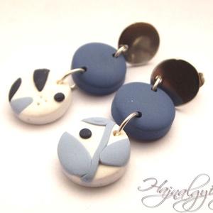 Kék virágoskert fülbevaló - II. NEMESACÉL, Ékszer, Fülbevaló, Süthető gyurmából készült egyedi mintájú fülbevaló. Kék, fehér, ezüst. A beszúrós fülbevaló alap és ..., Meska