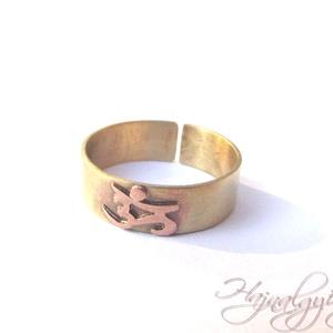 OM gyűrű, Ékszer, Gyűrű, Kerek gyűrű, Ékszerkészítés, Ötvös, Egyedi kézműves sárgaréz gyűrű, melyre vörösréz OM motívumot fűrészeltem és forrasztottam. Antikolt...., Meska