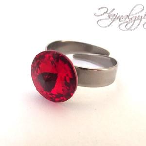 Swarovski gyűrű - LIGHT SIAM /nemesacél/ , Ékszer, Gyűrű, Szoliter gyűrű, Ékszerkészítés, 12 mm-es Swarovski RIVOLI  kristályt ölel körbe a nemesacél (304) foglalat.\nIgazi piros árnyalat.\nÁl..., Meska