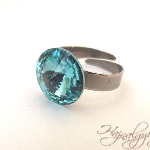 Swarovski gyűrű - LIGHT TURQUOISE /nemesacél/ , Ékszer, Gyűrű, Szoliter gyűrű, Ékszerkészítés, 14 mm-es Swarovski RIVOLI  kristályt ölel körbe a nemesacél (304) foglalat.\nÁllítható gyűrűalap.\n\nAN..., Meska