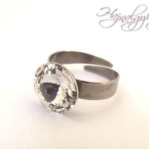 Swarovski gyűrű - CRYSTAL /nemesacél/ , Ékszer, Gyűrű, Szoliter gyűrű, Ékszerkészítés, 12 mm-es Swarovski RIVOLI  kristályt ölel körbe a nemesacél (304) foglalat.\nÁllítható gyűrűalap.\n\nAN..., Meska