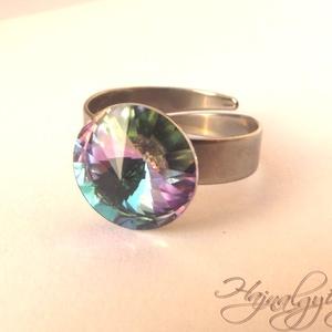 Swarovski gyűrű - VITRAIL LIGHT/nemesacél/ , Ékszer, Gyűrű, Statement gyűrű, Ékszerkészítés, 12 mm-es Swarovski RIVOLI  kristályt ölel körbe a nemesacél (304) foglalat.\nANTIALLERGÉN\nA RIVOLI eg..., Meska