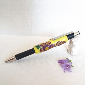 Lilla, egzotikus virágok golyóstollon, Ceruza & Toll, Papír írószer, Otthon & Lakás, Gyurma, A tollon feltűnő virágok és levelek a fantázia szülöttei. A különleges színösszeállítás  megragadja ..., Meska