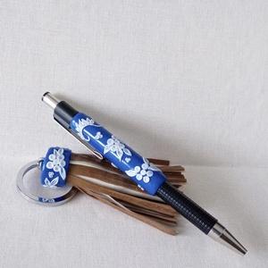 Kékfestő tollszett, díszdobozzal, Otthon & Lakás, Papír írószer, Ceruza & Toll, Gyurma, A szett egy golyóstollat és egy táskadíszt (kulcstartót) foglal magába. A kollekció darabjai a kékfe..., Meska