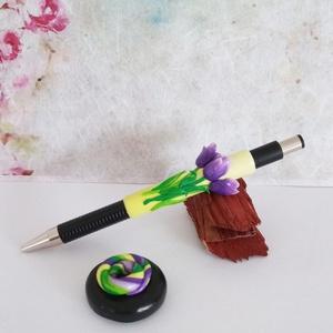 Tulipán ékszertoll tollállvánnyal, Otthon & Lakás, Papír írószer, Ceruza & Toll, Gyurma, A zöld alapon a tavasz virága, egy csokor tulipán kapott helyet. A tollállvány praktikus, egyben esz..., Meska