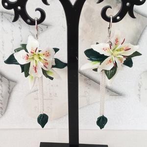 Fehér liliom, csillár fülbevaló, Ékszer, Fülbevaló, Lógó fülbevaló, Gyurma, A fülbevaló nyaklánccal együtt, szettben is megvásárolható!\nA romantikus kis virágokat kézzel, sziro..., Meska