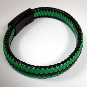 Férfi karkötő lapos zöld -fekete fonott bőrből !, Ékszer, Karkötő, Fonott karkötő, Bőrművesség, Ékszerkészítés, Zöld-fekete fonott lapos bőr karkötő. Fekete nemesacél mágnes zárral kapcsolható a csuklóra. Mérete ..., Meska